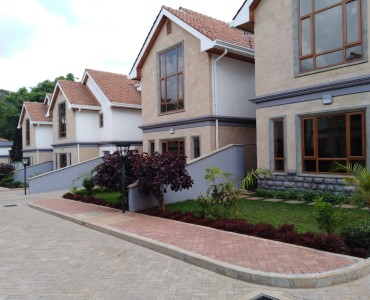 5 Bedrooms Town House with Sq, Lavington (1)
