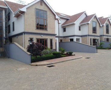 5 Bedrooms Town House with Sq, Lavington (3)
